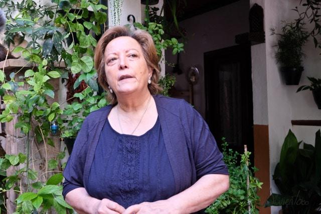 Señora de Cordoba enseñando los patios
