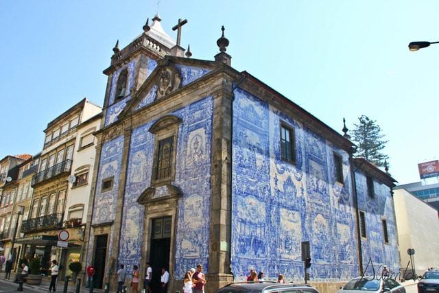Iglesia de azulejos en Oporto tipica en Instagram