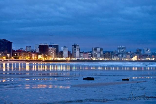 playa Gijón al amanecer