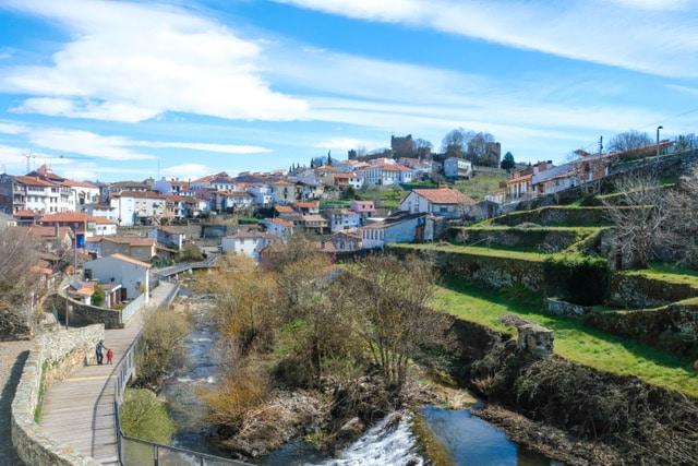 paseo junto al rio en Bragança para hacer senderismo