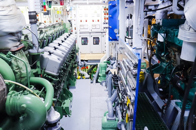 cuadro maquinas de un barco pesquero