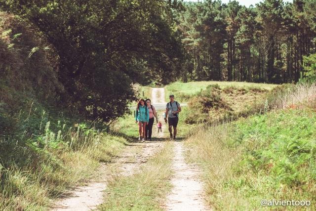 peregrinos en el camino de santiago a finisterre